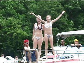 sexy Bikini Babes necken Jungs während einer Bootsfahrt