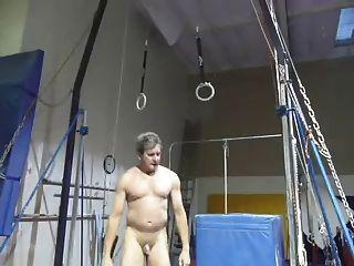 Ich spiele in der Turnhalle nackt