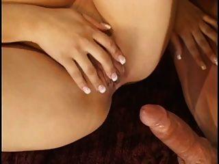 niedlichen asiatischen mit einer Tätowierung auf ihrem tit bekommt große Gesichtsbehandlung nach engen Pussy ist gefickt