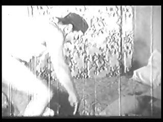 Frau mit großem Arsch und Boobs gibt Kopf und macht es Doggy Style in alten B \u0026 W Clip