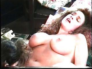 Lesben, die große Titten lieben, essen Pussy vor Kamin