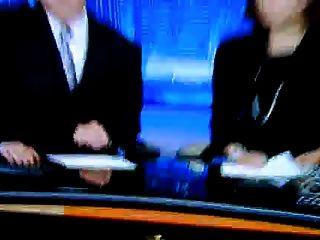 Reporter zeigt sexy Füße und High Heels (lautlos)