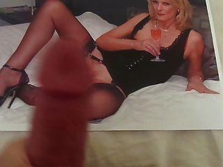 Tribut an eine heiße MILF mit sexy Nylon Beine