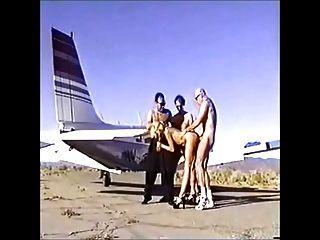 lea martini nimmt 3 Jungs auf der Landebahn