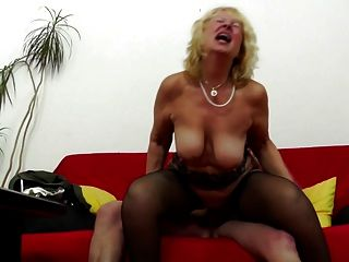 Oma wird junger Schwanz in ihrer alten Vagina