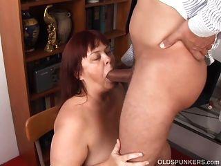super sexy busty alten spunker gibt einen schlampigen blowjob