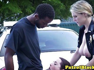 Domina Polizist wichst auf schwarzen Schwanz und wird gefickt