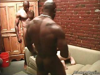 mittleren gealterten weißen Kerl, der von schwarzen Männern geteilt wird