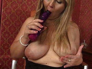 reife mollige Mama mit großen saftigen Titten