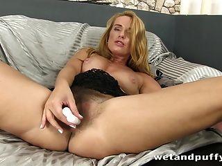 atemberaubende langhaarige Blondine genießt es zu pissen