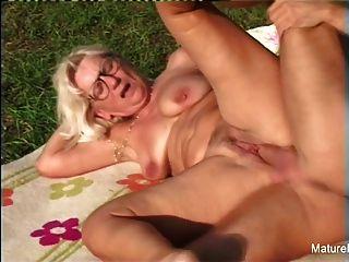blonde Oma bekommt etwas Sperma auf ihre Brille