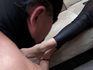 Jennifer Göttin Reinigung Füße von Sklaven