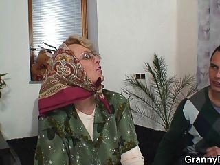 heiße alte reife Frau gefällt jungen Kerl