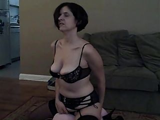 Frau spielt mit neuem Spielzeug und schluckt dann Sperma