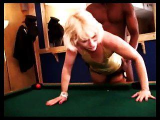 blonde Frau befriedigt schwarzen Kerl