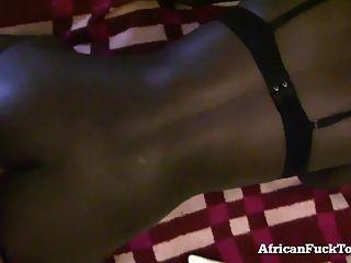 geiles afrikanisches Mädchen kann nicht genug weißer Schwanz bekommen!