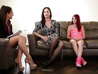 Familientherapeut spielt mit Mama und Stieftochter