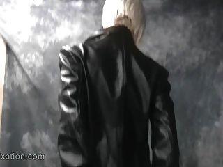 Blondinen mit großen Titten necken in Leder und Honig reibt Muschi