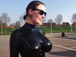 große Titten in glänzendem Latexcatsuit