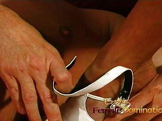vollbusige Krankenschwester fickt ihren kinky Patienten mit einem riesigen Umschnalldildo
