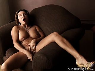 leckere alte Spunker mit einem engen Körper spielt mit ihrer nassen Pussy