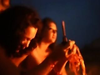 brasilianische reifen pissen um das Feuer!