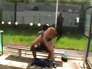 Hooker fickt schwarzen Kerl in der Öffentlichkeit !!!