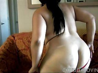 vollbusige asiatische bbw stellt sich vor Sie fickt ihre saftige Pussy
