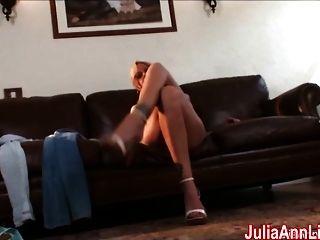 sexy milf julia ann cums aus glas dildo!