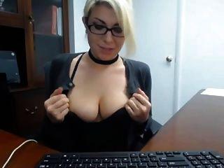 Sekretär erwischt masturbieren bei der Arbeit
