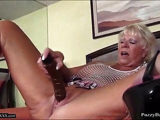 72 Jahre alte Oma sehnt großen schwarzen Schwanz