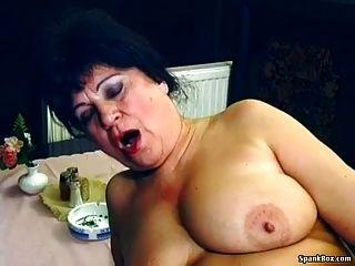 sexy Oma wird im Restaurant gefickt
