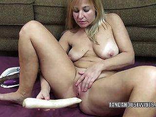 curvy milf liisa fickt ihre süße twat mit veggies