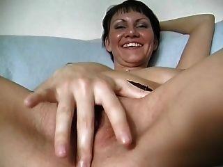 erstaunlicher Körper französische Milf spielt mit einem Nudelholz