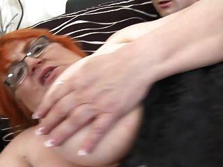Oma ssbbw von einem kleinen Jungen gefickt