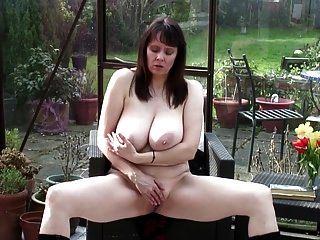 sexy Oma mit großen echten Titten und heißen Körper