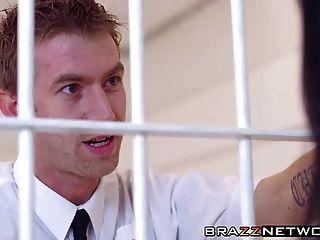 Gefängnis-Babe mit groben Anal-Pounding