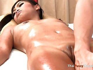 thailändisches Mädchen erhält nackte Ölmassage
