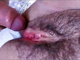 haarige und verführerische Muschi mit weichen Lippen mit Sperma getränkt