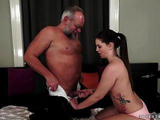 Angelina Brill fickt einen älteren Herrn