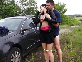 Mädchen mit großen Titten wird in der Öffentlichkeit gefickt