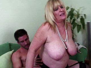 große breasted alte Mom genießen junge große Schwanz