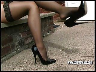 Hot Blonde neckt im Freien in sexy Dessous und High Heels