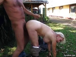 Oma wird im Garten gefickt
