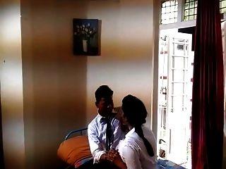 indische erste Zeit College Girl Romantik