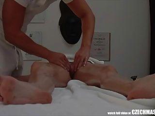 leidenschaftlicher Sex auf Massagetisch