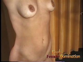 blonde Sklavin mit einem heißen Körper dominiert von einem Kinky Milf