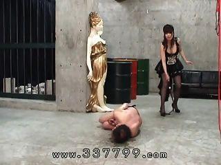 japanische femdom traf mit einer peitsche zum sklaven