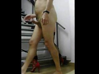 Chef fickt seinen CD-Sklaven auf die Treppe