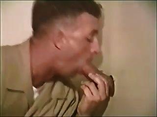 Militärjungen saugen in Toilette